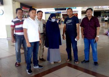 Foto saat Polwan yang diduga terpapar paham radikalisme diamankan di bandara Juanda Surabaya.