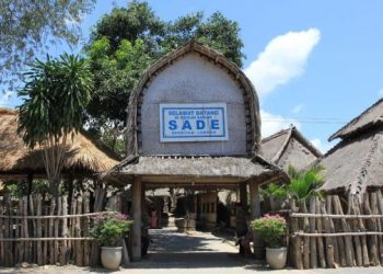 Tugu selamat datang desa Sade Lombok.