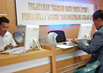 Koordinator MAKI pada saat menyerahkan dokumen pengajuan praperadilan terhadap Kejati Kepri, di Pengadilan Negeri Tanjungpinang, Rabu (28/7) foto : alam/detak.media