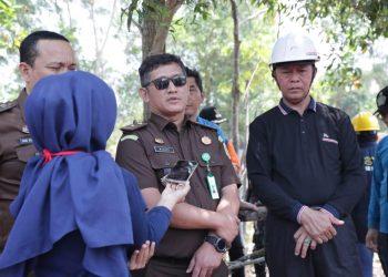 Kasintel Kejari Tanjungpinang (berkacamata) bersama Walikota Tanjungpinang pada saat kunjungan kerja beberapa waktu lalu, foto : ist/detak.media