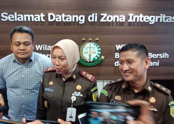 Kajari Tanjungpinang (tengah) didampingi Kasintelijen (kanan) dan Kasipidsus Kejari Tanjungpinang ada saat ekspos perkara dugaan penggelapan pajak di BP2RD Tanjungpinang, foto : Alam/detak.media
