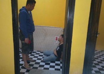 Kasat Narkoba Polres Bintan, AKP Nendra Madya Tias (berdiri) pada saat melakukan introgasi kepada salah satu pelaku, foto : ist