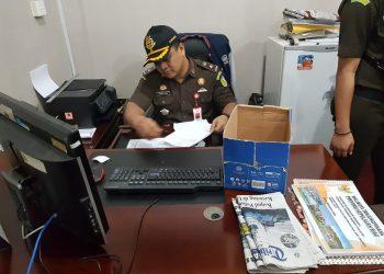 Jaksa pada saat melakukan penggeledahan diruangan Kabid Aset BPKAD Tanjungpinang, foto : ist