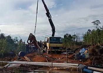 Mesin sedot pasir ilegal diangkat menggunkan mobil cren, f : Alam/detak.media
