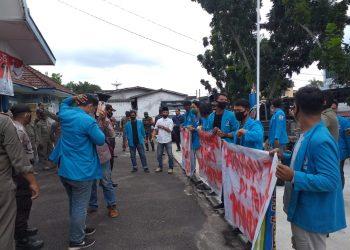 Mahasiswa demo di depan kantor Disnaker Bintan, f : Mael/detak.media
