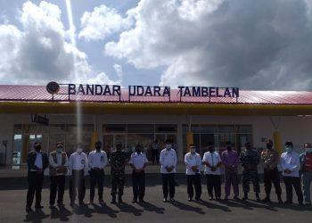 Gubernur bersama rombongan foto bersama di Bandara Tambelan, f : mael/detak.media