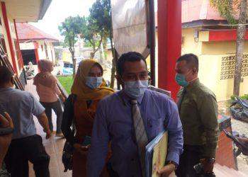 Rini Pratiwi didampingi oenasehat hukumnya pada saat memasuki ruangan Satreskrim Polres Tanjungpinang, f : mael/detak.media