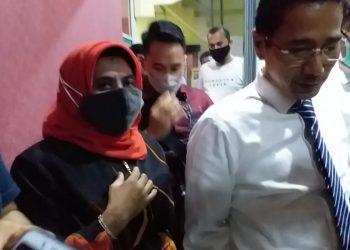 Rahma didampingi kuasa hukumnya, Hendy Devitra seusai dipariksa Penyidik Satreskrim Polres Tanjungpinang, f : mael/detak.media