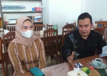 Anggota DPRD Tanjungpinang yang ditetapkan tersangka oleh Penyidik Polres Tanjungpinang, Rini Pratiwi bersama Penasehat Hukumnya, Reza Nurul Ihsan, f : mael/detak.media