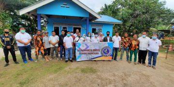PTD Panca Maya Indonesia pada saat berbagi kepada salah seorang warga yng terdampak, f : ist