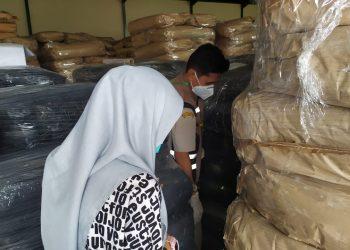 Petugas saat mengecek pengeksporan tepung kelapa, f : ist