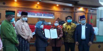 Walikota Tanjungpinang, Rahma menyerahkan dua nama calon wawako ke pimpinan DRPD seusai Paripurna, f : Mael/detak.media
