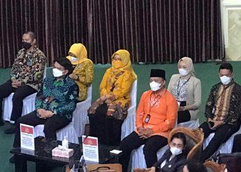 Ade Angga (kiri) dan Endang Abdullah (kanan baju orange) saat berada di ruang sidang paripurna DPRD Tanjungpinang, f : ist/wakcor.