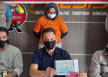 Kasat Reskrim Polres Tanjungpinang, AKP Rio Reza Parindra (tengah) saat memperlihatkan barang bukti berupa kwitansi dan cek kosong, f : alam/detak.media