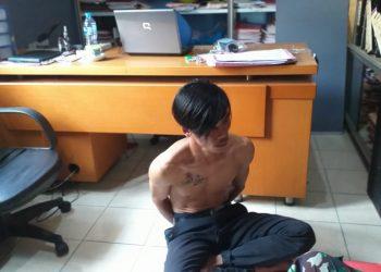 Pelaku pencurian Kotak Amal Masjid, Deni saat diamankan di Mapolsek Tanjungpinang Timur, f : mael/detak.media