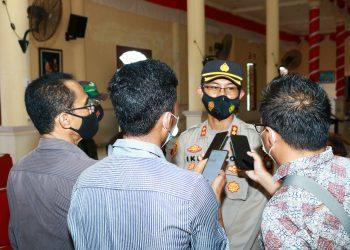 Kapolres Natuna, AKBP. Ike Krisnadian saat dijumpai di gedung Sri Srindit, usai melakukan peninjauan vaksinasi covid-19.