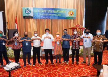 CAPTION FOTO: Gubernur Herman Deru (kemeja putih) bersama anggota Dewan Pers, Jamalul Ihsan dan para penguji UKW UPN Veteran Yogyakarta memimpin 'salam presisi' ciptaannya.