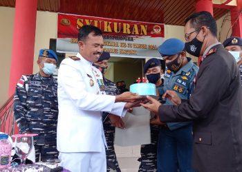 Danlanal Ranai Dofir memberikan surfrize kue ultah kepada Kapolrs Natuna