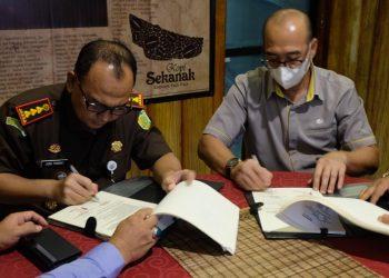 Kepala BP Jamsostek bersama Kepala Kejaksaan Negeri Tanjungpinang saat menyerahkan nama nama perusahaan yang nunggak iuran, f : ist