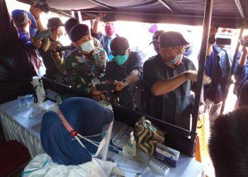 Dua Anggota DPRD Bintan saat mendatangi Pos Penyekatan PPKM Darurat di KM 14 Tanjungpinang, f : mael/detak.media