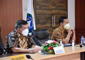 Jubir Satgas Covid-19 Kepri, Tjetjep Yudiyana (kiri) dan Koordinator Lapangan Penerapan Protkes Satgas Covid-19 Tanjungpinang, Surjadi, saat zoom meeting, f : ist