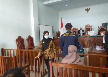 Rini Pratiwi seusai menjalani sidang pembelaan terdakwa di PN Tanjungpinang, f :Mael/detak.media