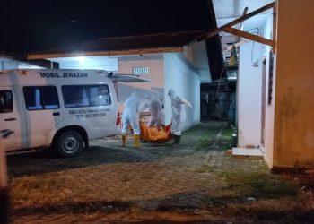 Jenazah Sundari saat dibawa ke Rumah Sakit, f : ist