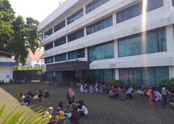 Ratusan pekerja saat melakukan aksi mogo kerja di depan PT Swakarya Indah Busana, f : mael/detak.media