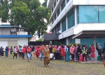 Ratusan Karyawan PT Busana Tanjungpinang kembali melakukan aksi mogok kerja, f : Mael/Detak.media