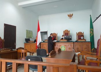 JPU saat menyerahkan tuntutan kepada Majelia Hakim PN Tanjungpinang, f : mael/detak.media