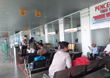 Sejumlah penumpang di Pelabuhan SBP Tanjungpinang, f :mael/detak.media