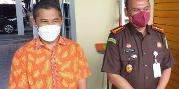 Kajari Tanjungpinang, Joko Yuhono (kanan) didampingi Kasipidsus, Dasril (kiri), f : Mael/detak.media