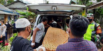 Sejumlah pihak Kepolisian saat mengevakuasi jenazah Sri Yanti, f : ist