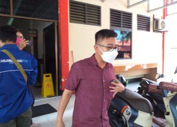 Budianto saat keluar dari Mapolres Tanjungpinang seusai menjalani pemeriksaan, f :Mael/detak.media