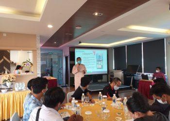 Kepala BPJS Cabang Tanjungpinang, Fauzi saat menjelaskan kemudahan menggunakan aplikasi JKN Mobile, f : Mael/Detak.media