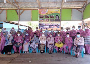 Walikota Tanjungpinang, Rahma saat foto bersama dengan Ketua hingga Anggota PGRI Tanjungpinang, f : ist