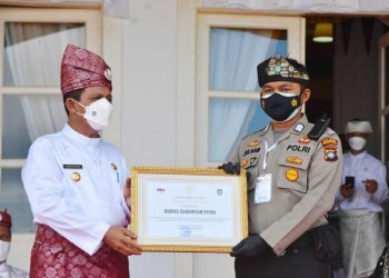 Bripka Zulhamsyah Putra, saat menerima penghargaan dari Gubernur Kepri, Ansar Ahmad, f : ist