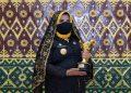 Walikota Tanjungpinang, Rahma saat memegang Penghargaan APE, f : ist