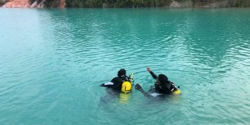 Tim Sar saat melakukan pencarian dengan cara menyelam di Danau Biru Bintan, f : ist