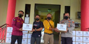 Penyerahan Sembako dari Polres Natuna kepada masing-masing ketua organisasi wartawan di Natuna (foto :ist)