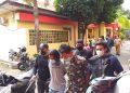 Kedua pelaku saat sampai di Mapolres Tanjungpinang seusai ditangkap di Provinsi Riau oleh Satreskrim Polres Tanjungpinang, f : mael/detak.media