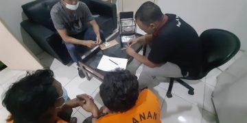 Dua pelaku (baju tahanan) saat berada diruangan penyidik Satresnarkoba Polres Tanjungpinang, f : ist