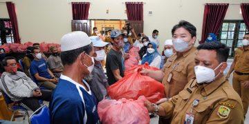 Walikota Tanjungpinang, Rahma saat menyerahkan bantuan, f : ist